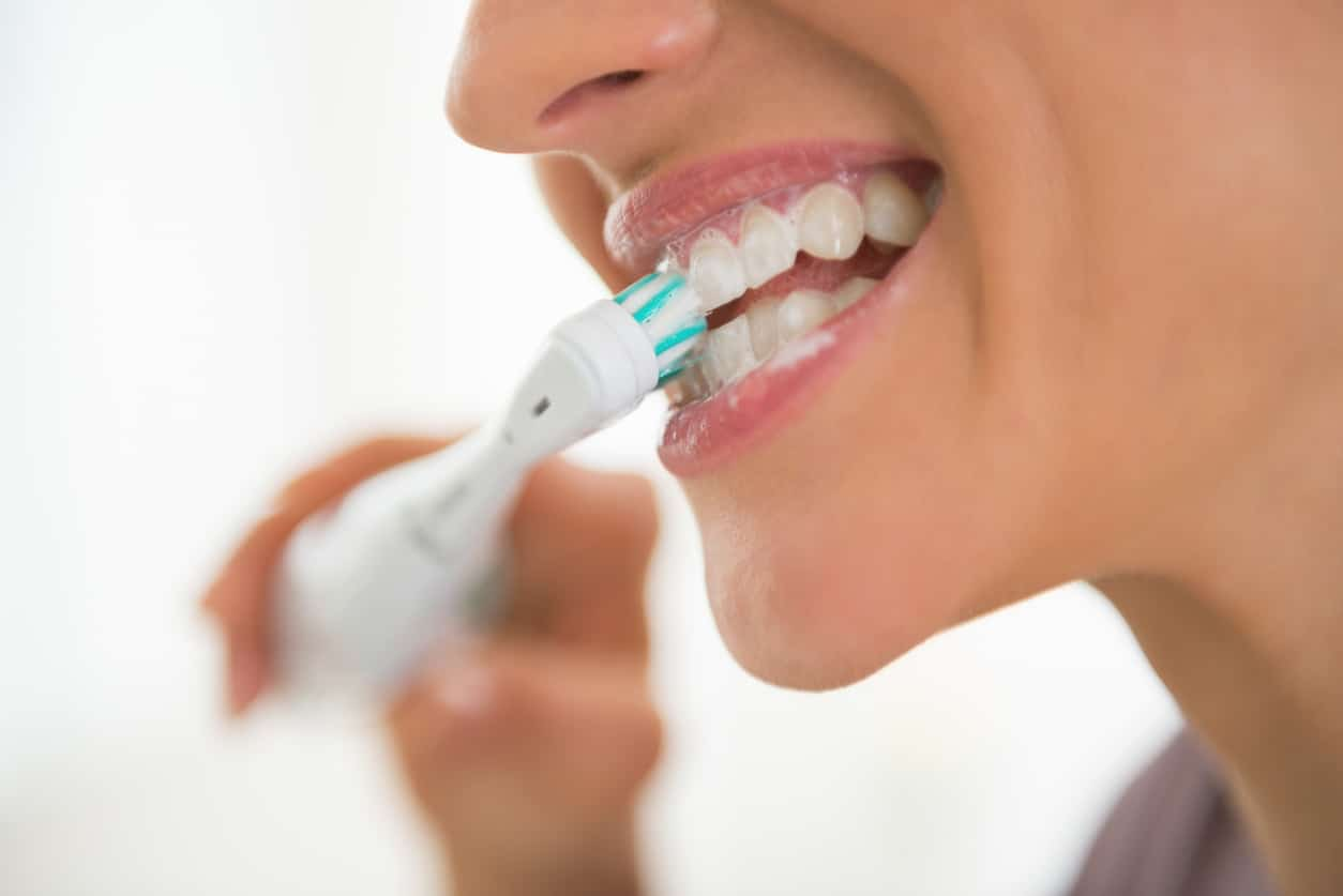 perawatan implan gigi vs gigi palsu